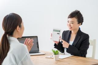保険アドバイザーと女性