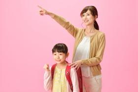 子供と一緒に頑張る女性